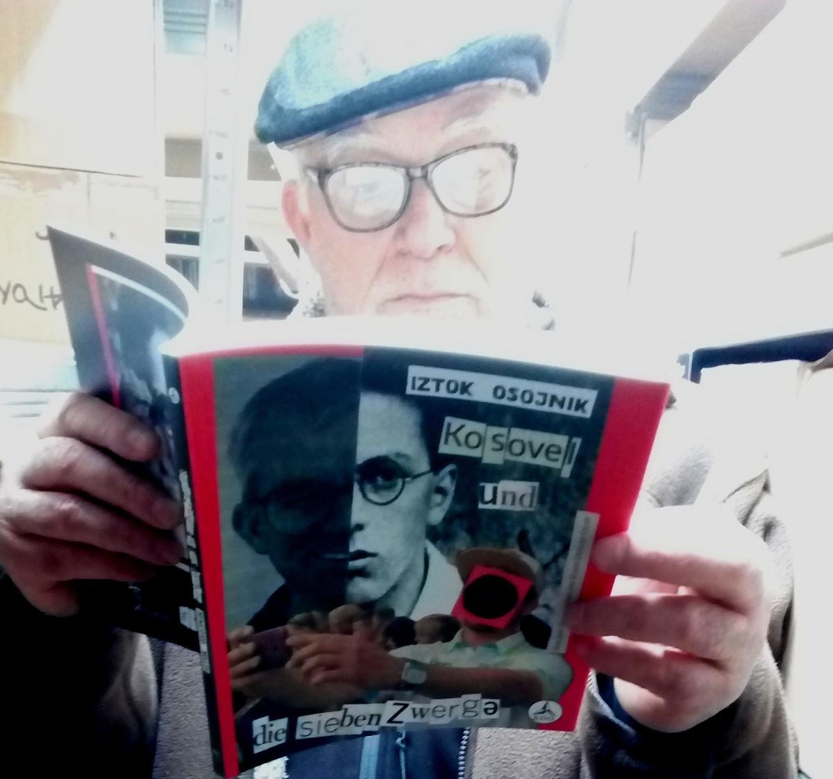 Iztok Osojnik bere nemško izdajo zbirke Kosovel in sedem palčkov
