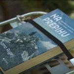 Knjiga na prepihu na prtljažniku kolesa